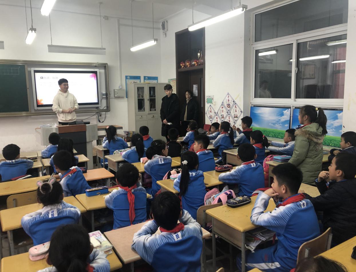 社区挂职大学生走进课堂宣讲校园安全